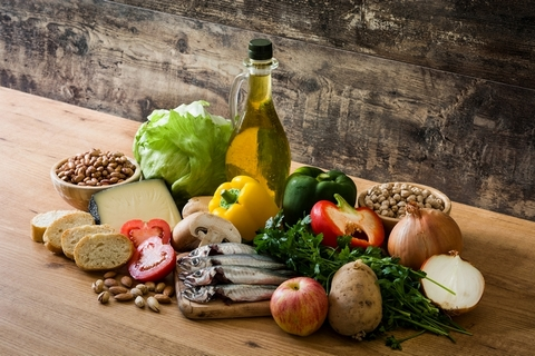 An anti-inflammatory diet is one of the knee inflammation treatment options.